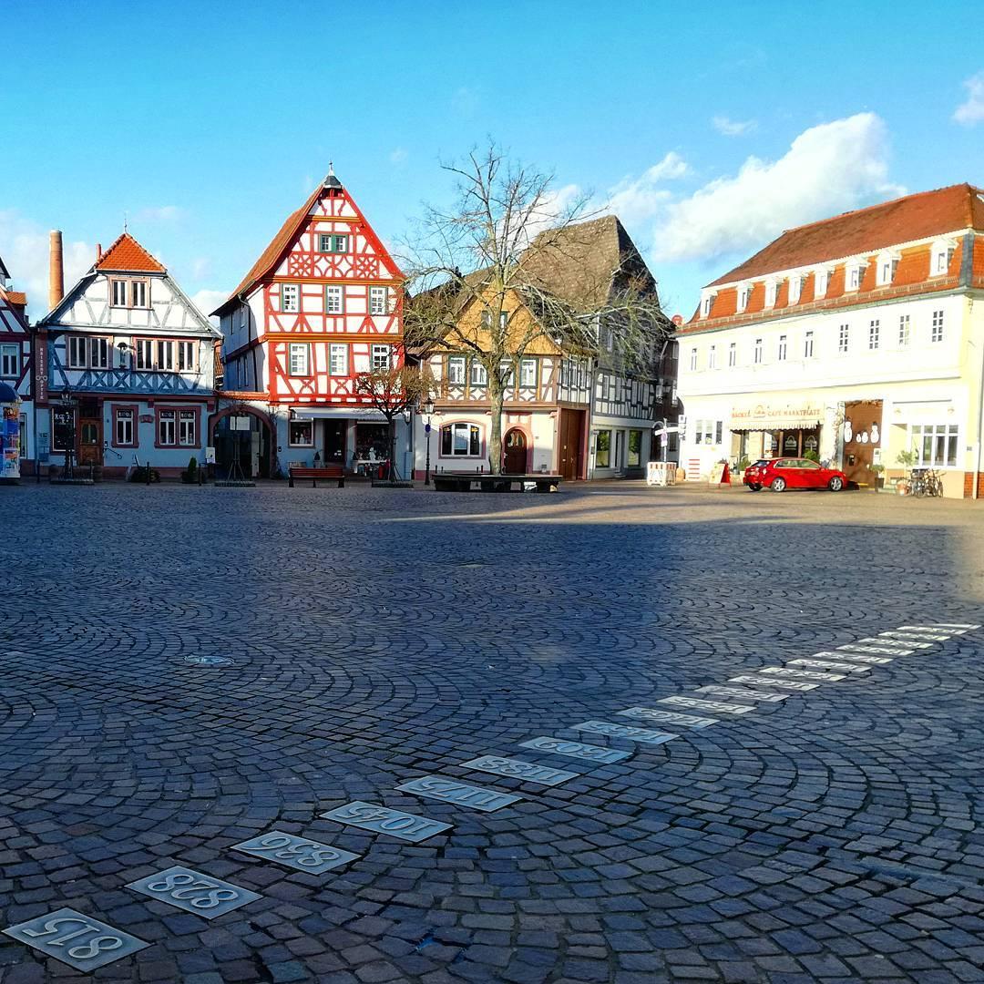 Der Marktplatz – auf den Tafeln am Boden sind Jahreszahlen aufgelistet, die entscheidend für die Seligenstädter Geschichte waren. Erklärt werden sie übrigens am Brunnen
