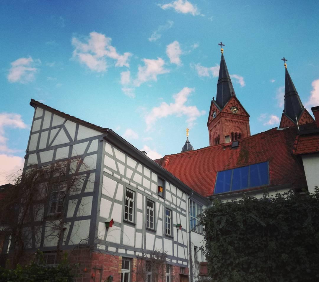 Aus den kleinen Gassen in der Altstadt hat man häufig einen schönen Blick auf die Türme der Basilika
