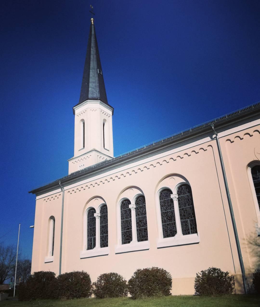 Die evangelische Kirche stellt hier einen Kontrast zum strahlend blauen Himmel dar, den ich einfach festhalten müsste. Bei diesem Wetter frieren mir immer wieder fast die Finger ab, wenn ich Fotos knipse, trotzdem jedes mal schön