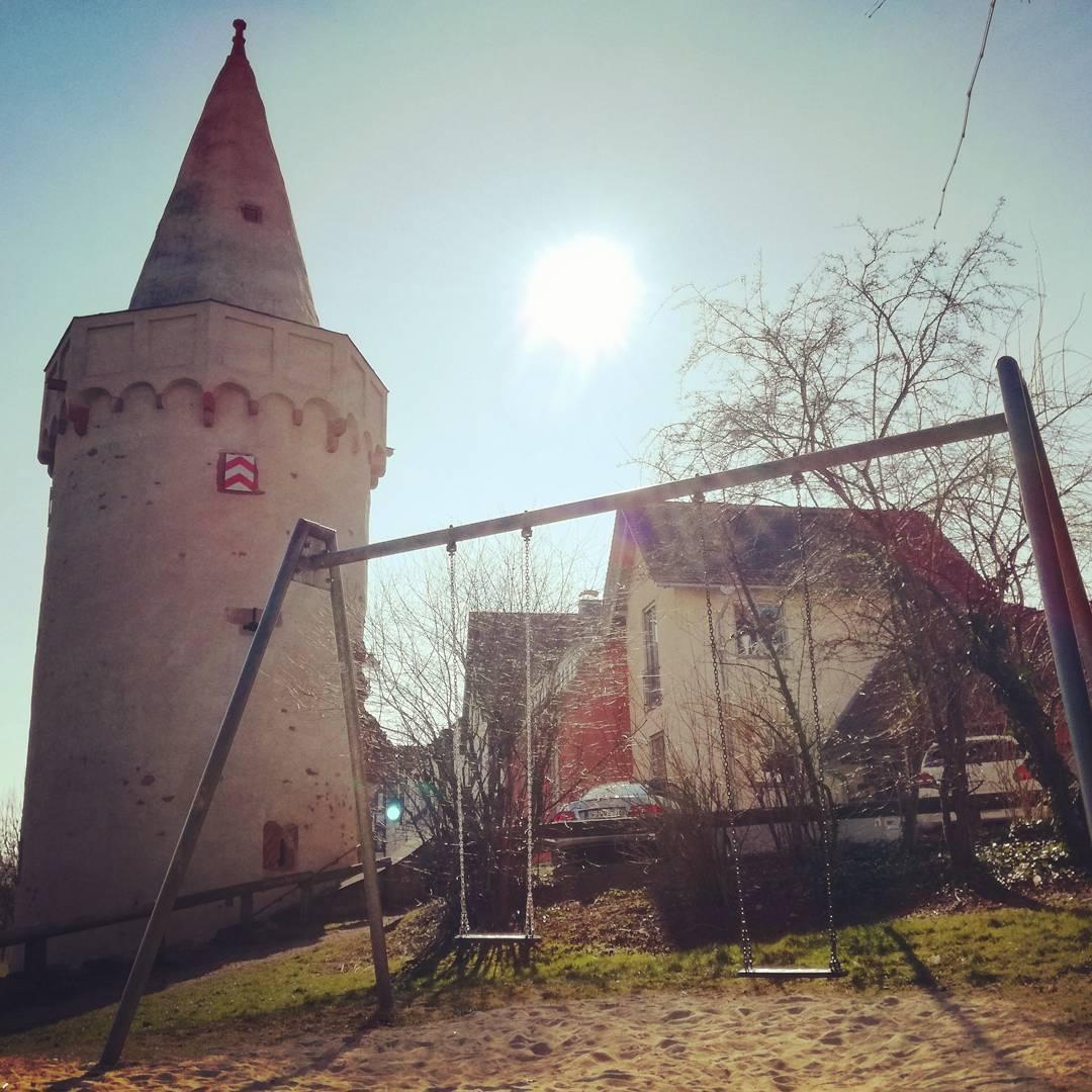 Der Spielplatz am Pulverturm bietet nicht nur schöne Spielmöglichkeiten sondern auch eine wunderschöne Kulisse am Main