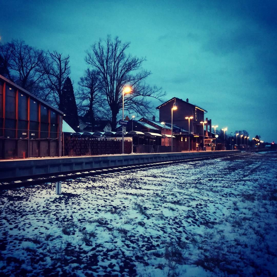 Der Bahnhof Seligenstadt zur blauen Stunde