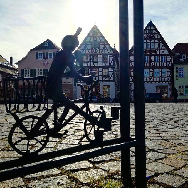 Manchmal sind es die kleinen Details, die Seligenstadt so liebenswert machen, wie die Verzierung an diesem Fahrradständer auf dem Marktplatz