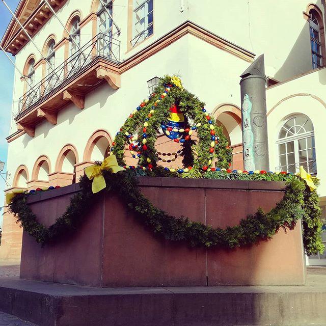 Österlich dekoriert ist zur Zeit der Brunnen auf dem Marktplatz. Zu verdanken haben wir diese Verzierung dem Verein Lebenswerte Seligenstädter Altstadt