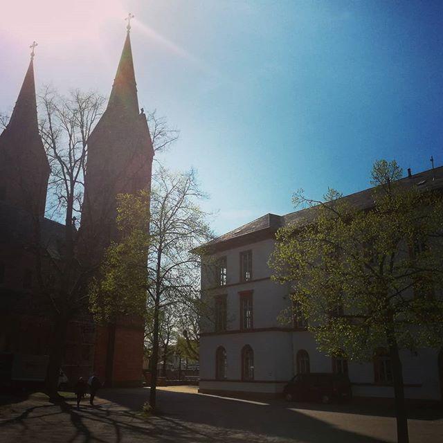 Die Hans-Memling-Schule und die Basilika im Gegenlicht… Schönes Wochenende