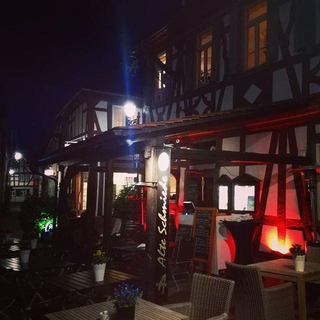 Nachts am @restaurant_alte_schmiede  Die Beleuchtung des alten Fachwerkhauses ist einfach schön