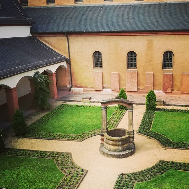 Der Kreuzgang, umrundet von den hohen Mauern der Basilika und des Klosters, scheint mir immer ein bisschen wie ein geheimer Garten