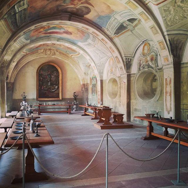 Das Sommerrefektorium im Kloster Seligenstadt. Hier her führt eine der Türen, die vom Kreuzgang abgehen. Ihr wisst nicht, wie ihr in den Kreuzgang kommt? Schaut doch mal in der neusten Story vorbei
