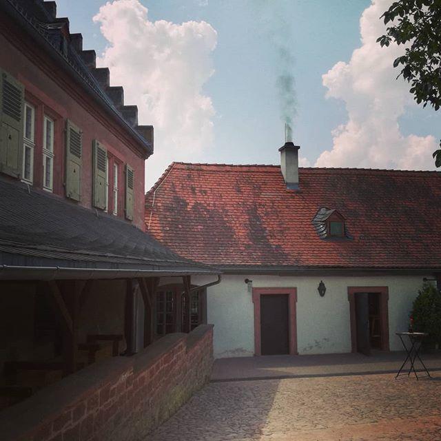 Backtag im Kloster: links drehen sich die alten Mühlräder, aus dem Schornstein steigt Rauch auf und man riecht das frische Brot