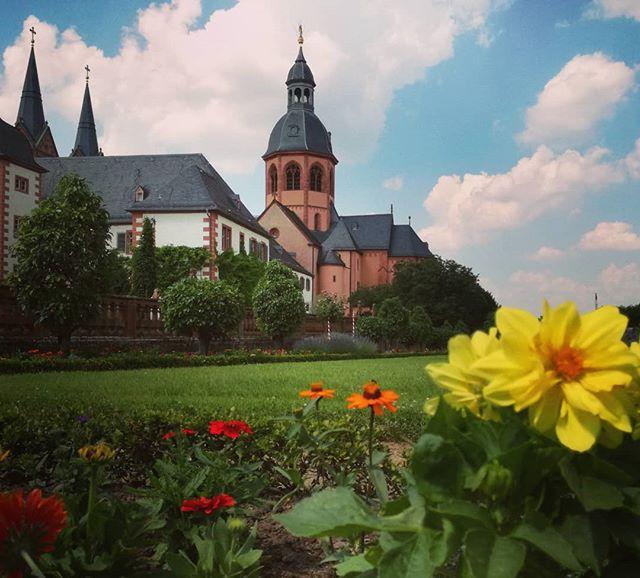 Blumen im Klostergarten und die Einhard-Basilika