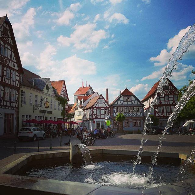 Der Brunnen auf dem Marktplatz, mitten in der Seligenstädter Altstadt