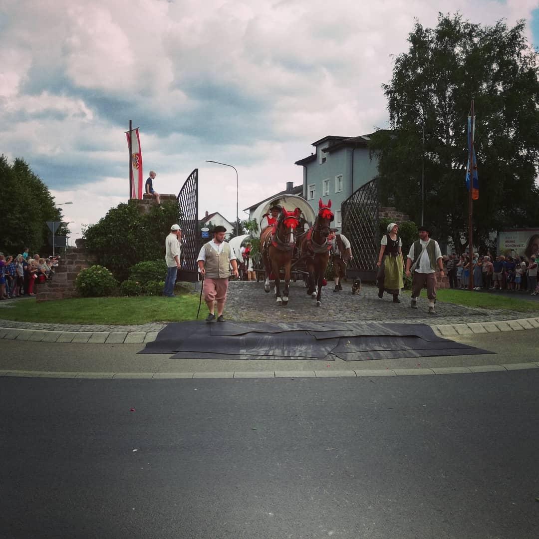 ⏩⏩Lest weiter für Veranstaltungstipps! ⏪⏪ Letztes Wochenende kam der @kaufmannszug_seligenstadt nach einer zweiwöchigen Reise in Seligenstadt an. Zusammen mit dem 275. Jubiläum der @glaabsbraeu die Highlights des Wochenendes. ⏩Auch dieses Wochenende ist viel los! Der @ruf_seligenstadt hat heute, Samstag und Sonntag großes Spring- und Reitturnier. Heute ist Sommerfest von Pro Interplast im Glaabsbräu Innenhof, Sommerfest des @choranderbasilika am Kolpinggelände und der Open-Airport beim @lsvzulu.de in Zellhausen