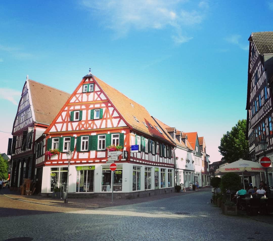 Genießen gerade die Mittagspause in Seligenstadt… 🍴  Werbung wegen Markierung ist das schätze ich auch