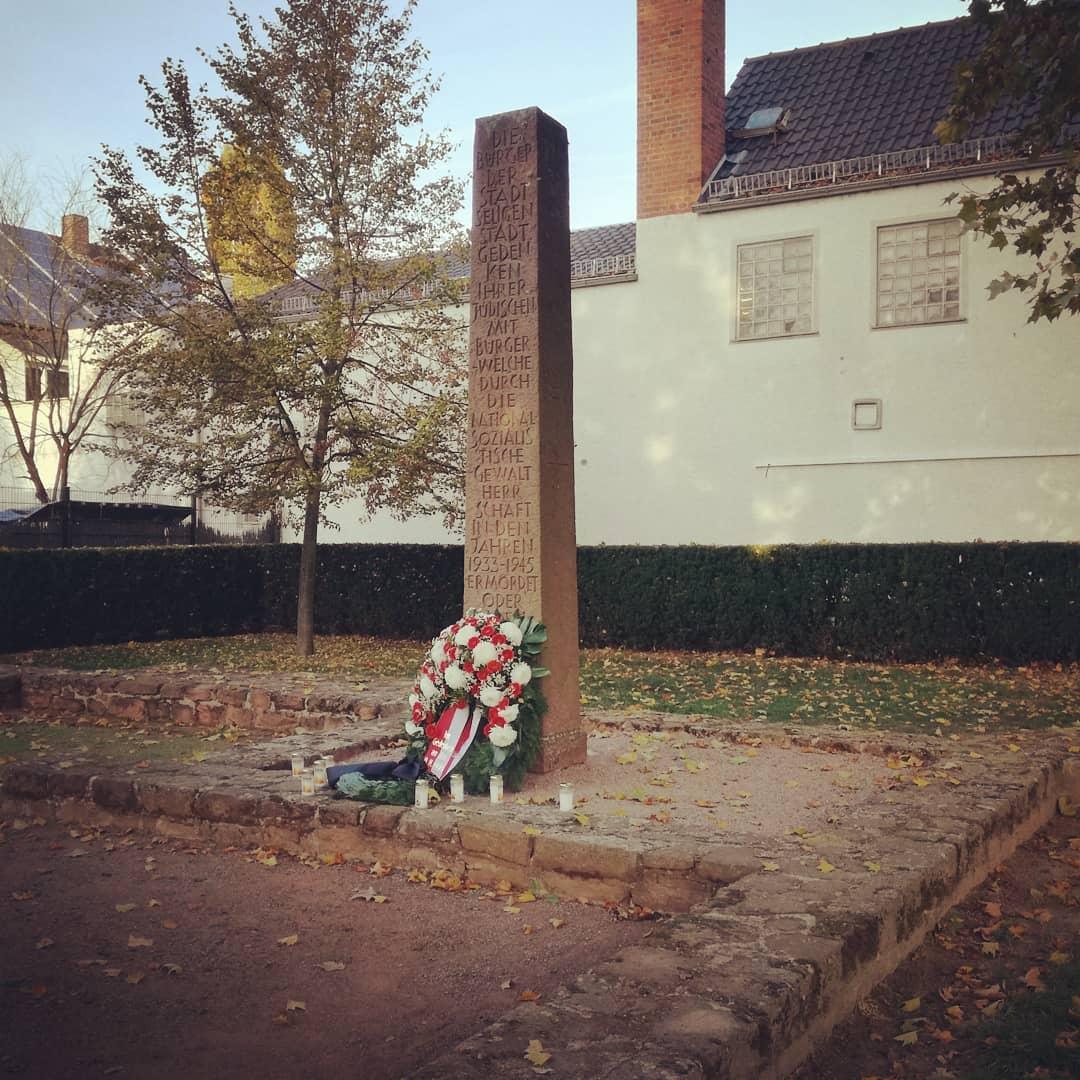 Heute vor 80 Jahren stand an dieser Stelle noch die Synagoge in Seligenstadt. Diese wurde in der Pogromnacht am 9. November 1938 zerstört. Damit so etwas nie wieder passiert, ist an ihrer Stelle ein Gedenkort errichtet worden, an dem man den Grundriss der Synagoge heute noch sehen kann. Niemals vergessen @seligenstadtbleibtbunt