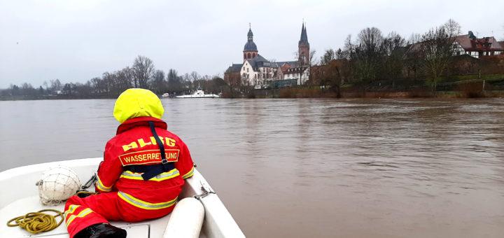 DLRG-Rettungsboot bei Hochwasser im Main zur Tierrettung, Blick auf M. Goerick und Basilika