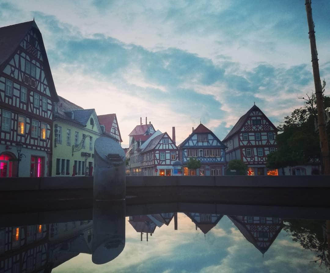 Spiegelung im Marktplatzbrunnen heute Abend… Gute Nacht, mein Seligenstadt